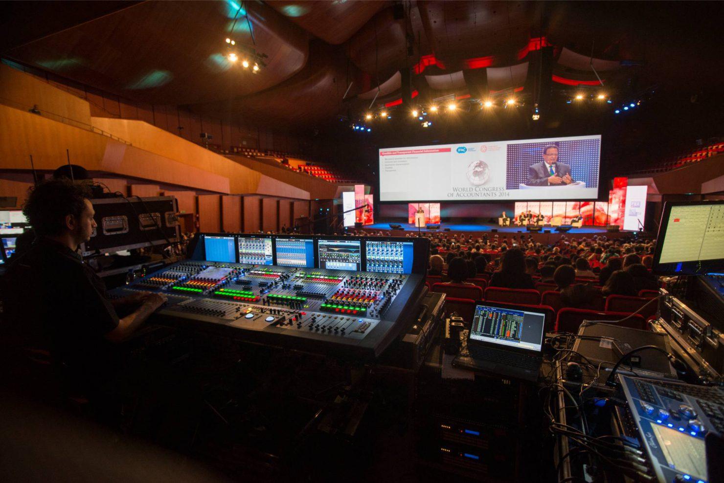 Professionisti audio e video alla console durante il congresso mondiale dei contabili